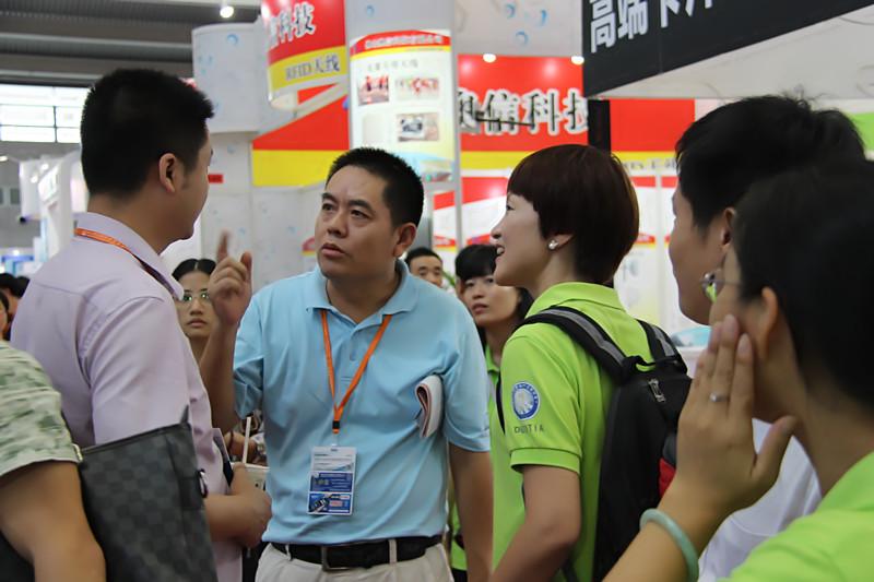 艾特姆李总、杜总与东莞市物联网行业协会林丽霞秘书介绍艾特姆公司新品